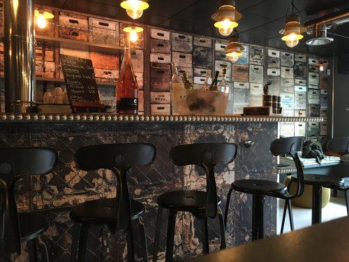 Le Diwine à Divonne-les Bains, un nouveau bar à vin designé par l'Atelier Pia